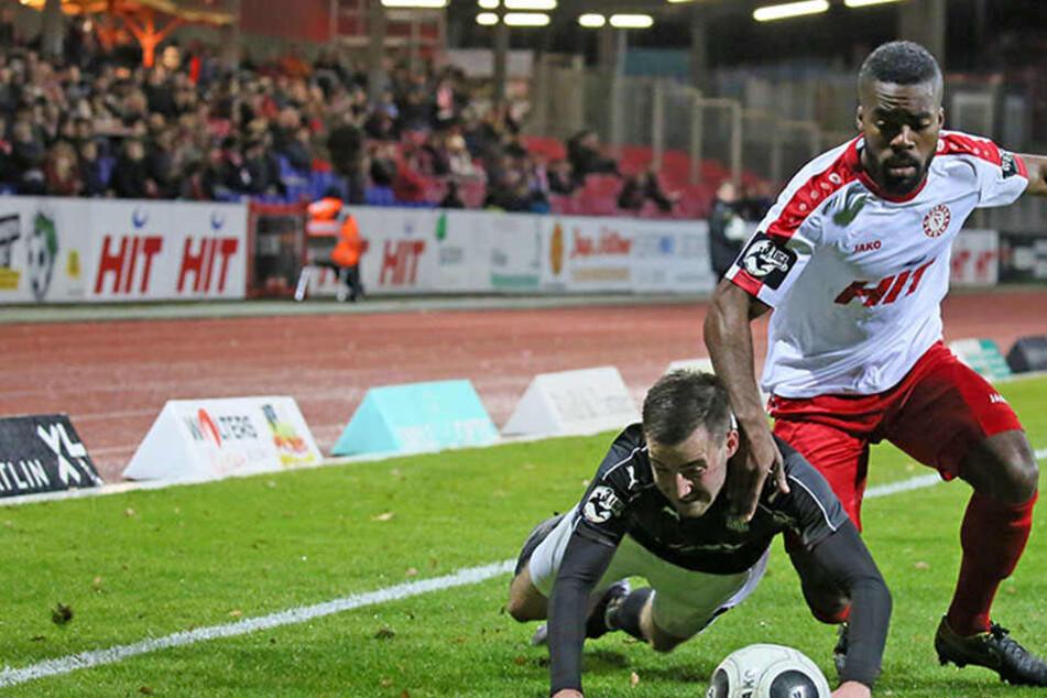Am Kampf mangelt es den Zwickauern  nicht. Hier kniet sich Morris Schröter gegen den Kölner Kusi Kwame rein.