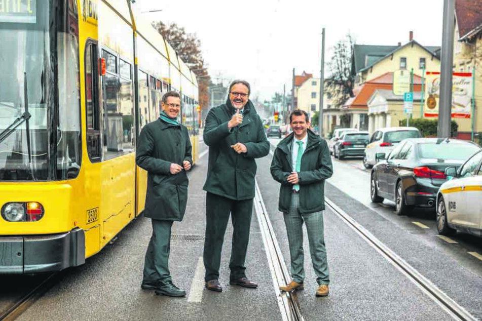 DVB-Boss Andreas Hemmersbach (49, v.l.), Stefan Brangs (53, Staatssekretär im Wirtschaftsministerium) und Baubürgermeister Raoul Schmidt-Lamontaine (41, Grüne) vor Ort.