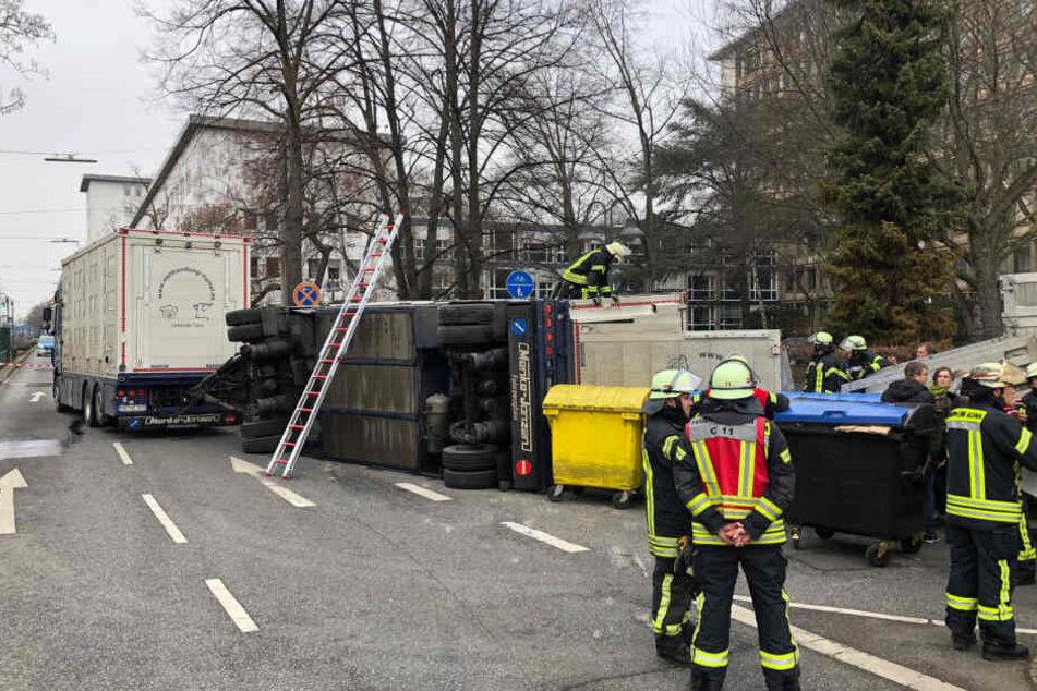 Einsatzkräfte der Feuerwehr am Unfallort in Bonn.