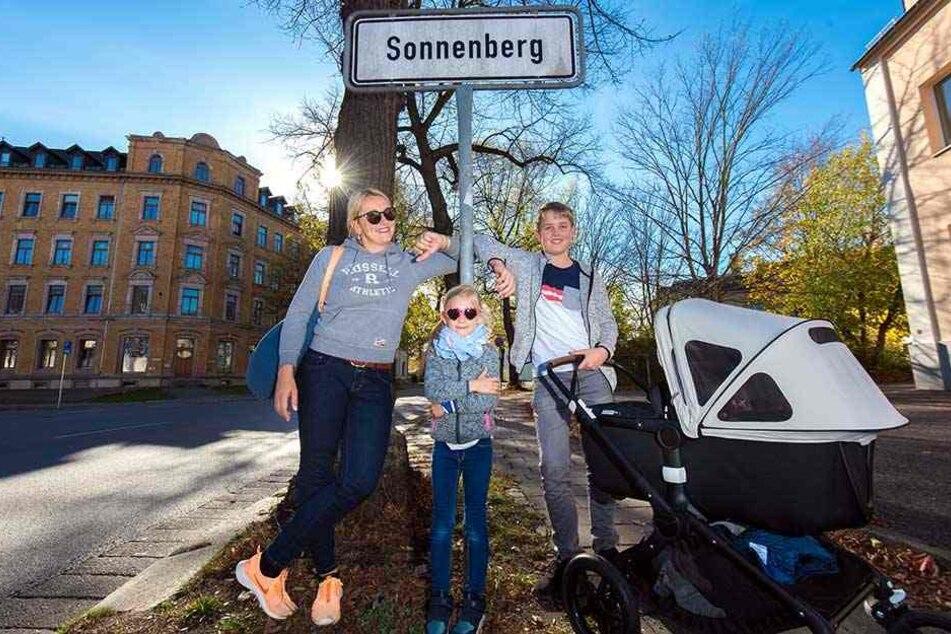 Kristin (34) fühlt sich mit ihren Kindern Charlotte (6), Martha (5 Monate) und ihrem Bruder Dominik (12) seit fünf Jahren auf dem Sonnenberg zu Hause.