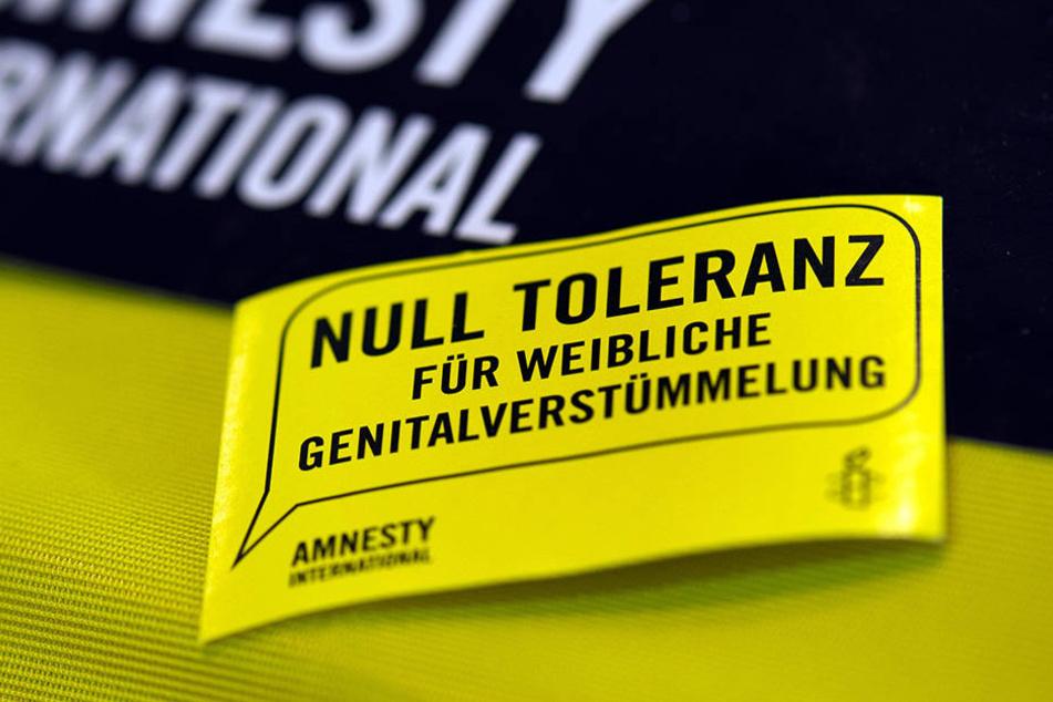 """Infomaterialien """"Null Toleranz für weibliche Genitalverstümmelung"""" von Amnesty."""