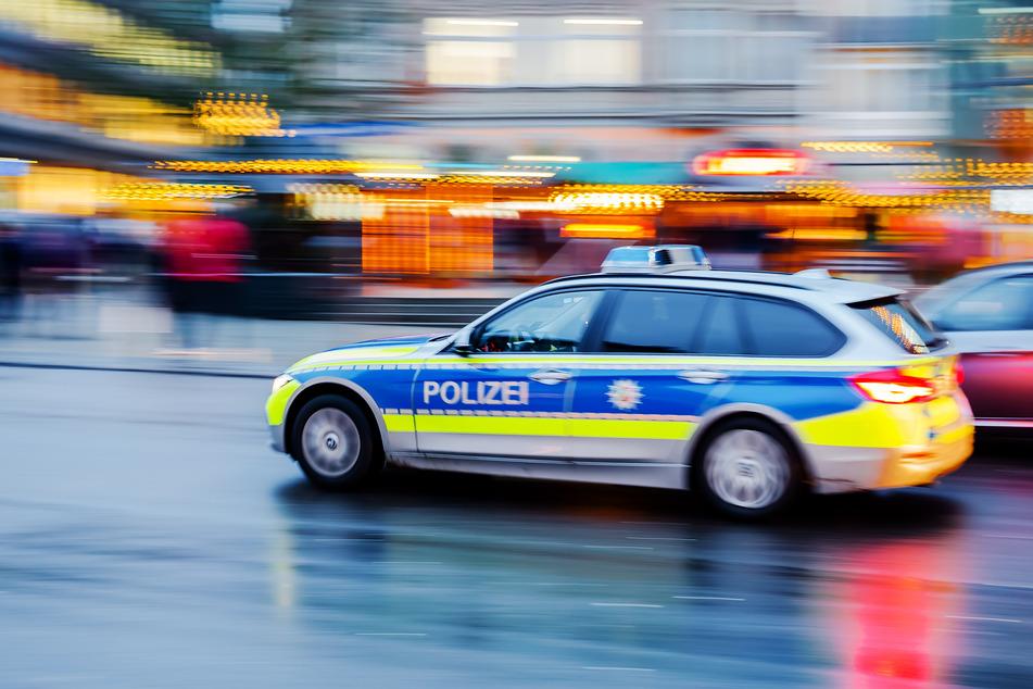 Zwei Betrunkene (26, 38) bedrohten am Samstagabend Passanten in Grevenbroich mit einem Messer. Anschließend versuchten sie vor der Polizei zu flüchten (Symbolbild).