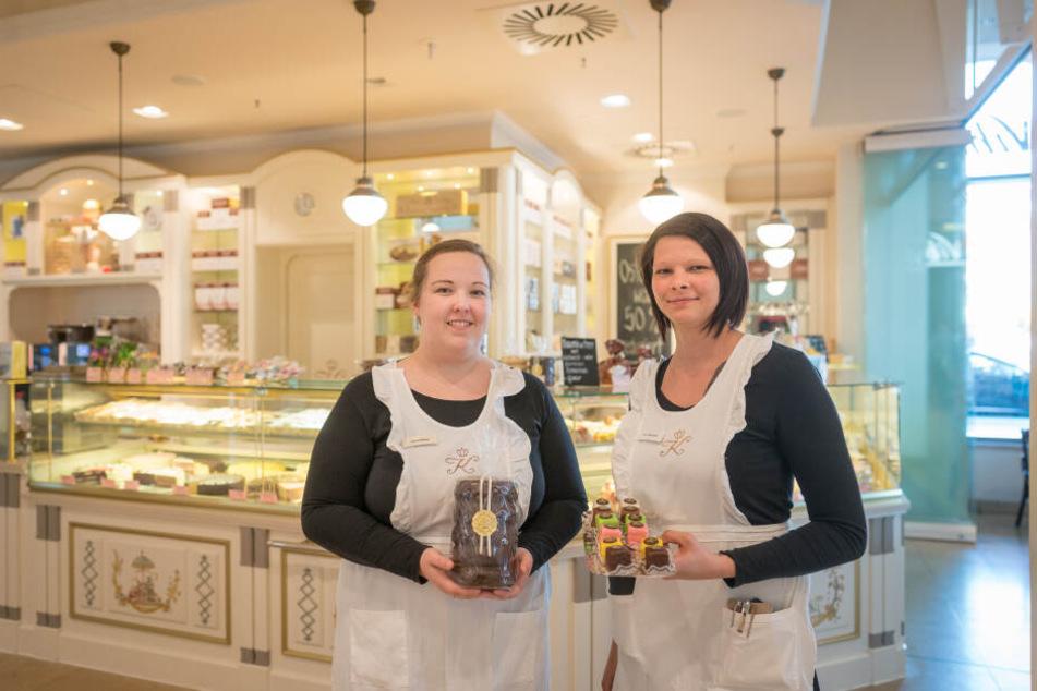Lena Hölken (20, l.) und Maria Marondel (27) im Café Kreutzkamm am Altmarkt.