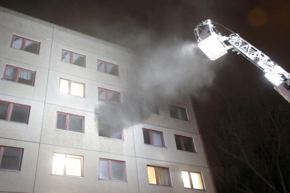 Das Feuer war so heftig, dass der Qualm aus der anderen Gebäudeseite herauskam.