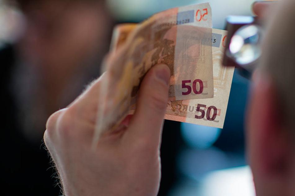 """Viele Fälschungen sind mittlerweile so """"gelungen"""", dass nur noch Fachleute  Blüten von echtem Geld unterscheiden können."""