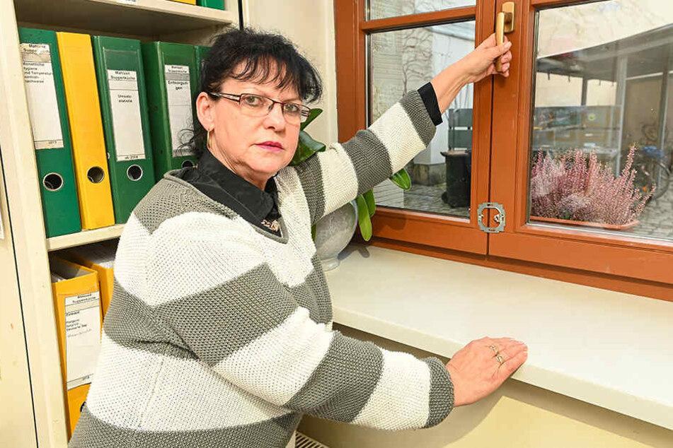 Projektleiterin Andrea Messerschmidt (58) zeigt, wo die Einbrecher in die Suppenküche einstiegen.