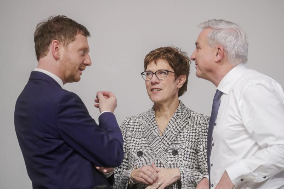 Michael Kretschmer (CDU, l) sprach am Freitag mit Annegret Kramp-Karrenbauer.