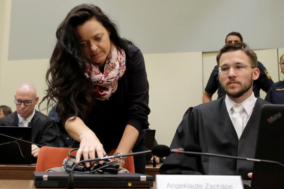 Beate Zschäpe mit einem ihrer selbstgewählten Anwälte.