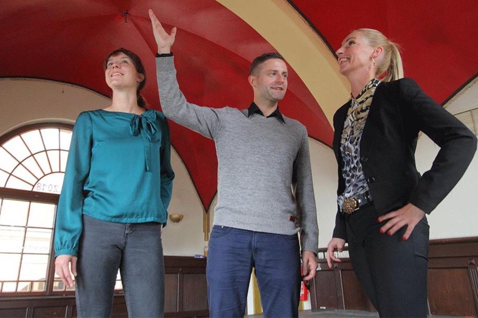 Lilli Landmann (35, v.l.) und Tino Kreßner (33) von Startnext besichtigen mit Stadträtin Kritin Sturm (32, SPD) das Bräustübel.