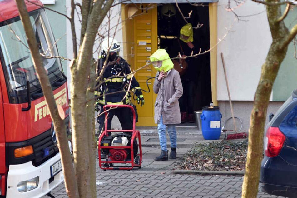 Die Bewohner des Mehrfamilienhauses mussten sich mit Fluchthauben ins Freie retten.