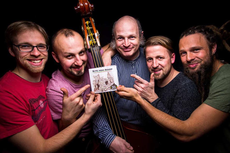 """""""Bitte mehr Reggae"""": Bodo Martin (50, Mitte) mit Johannes Pfund (30), Tony Ramenda (31), Maurice Hüsni (33) und  Björn Stasch (31)."""