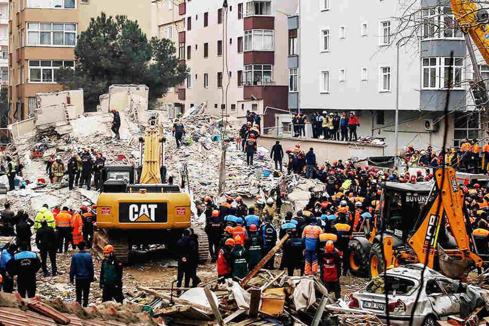 Mehrstöckiges Wohnhaus stürzt in sich zusammen: Bisher drei Tote, Stimmen aus dem Schutt!