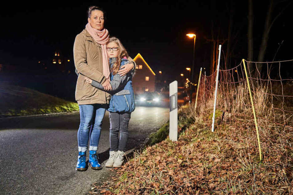 Mutter und Tochter an der Unfallstelle: Kristin Pimmé (33) will wissen, wer Nelly (10) angefahren hat und danach einfach abgehauen ist.