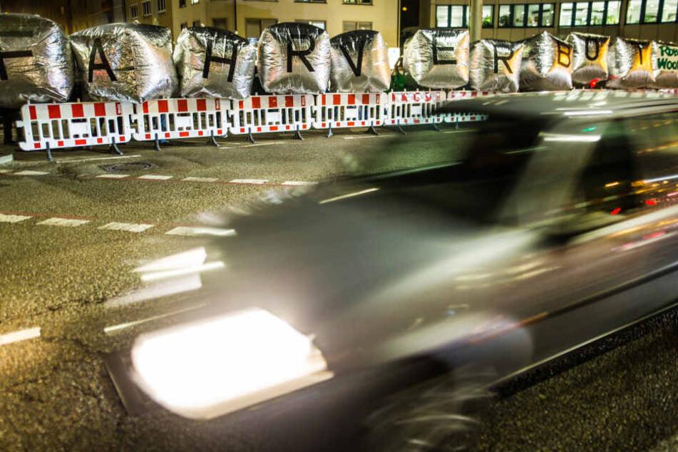 """Mitglieder der Umwelt- und Naturschutzorganisation Robin Wood demonstrieren am 11.01.2018 an der B14 am Neckartor in Stuttgart mit großen Folienwürfeln mit dem Schriftzug """"Fahrverbot"""" gegen die Feinstaubbelastung in der Stadt und fordern die Reduzierung d"""