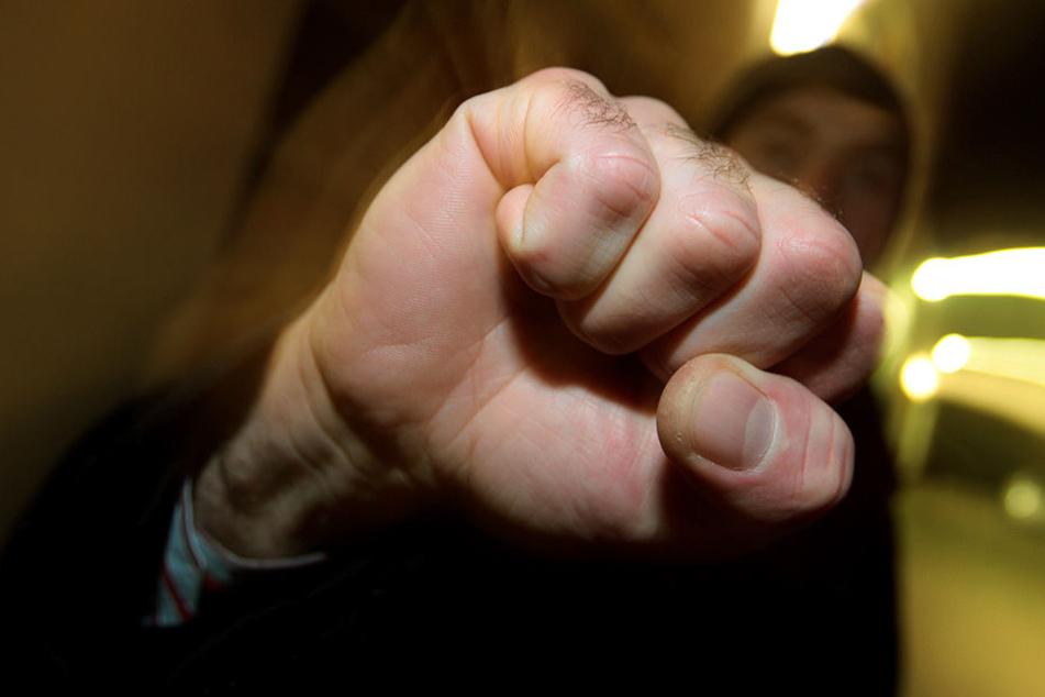 Mehrere Menschen wurden von dem gewaltbereiten Trio angegriffen und verletzt.