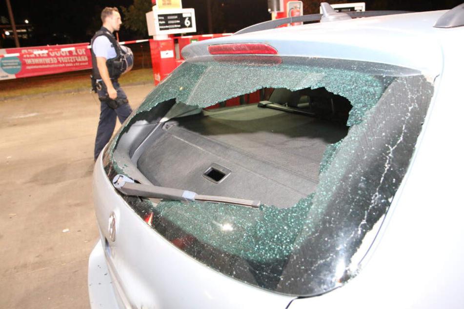 Die Scheibe des VW wurde von einer Stahlkugel zerschlagen.