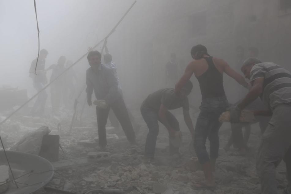 Regimeanhänger kontrollieren den Westen der geteilten Stadt, oppositionelle Truppen den Osten.