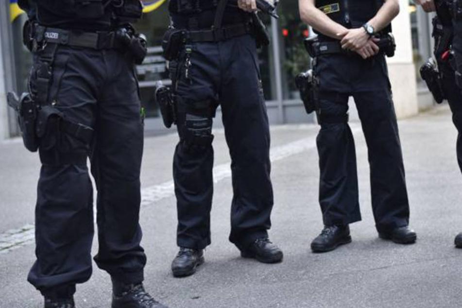 Der Mann kam mit ausgetreckten Messer auf einen Polizisten zu. Der drückte ab. (Symbolbid)