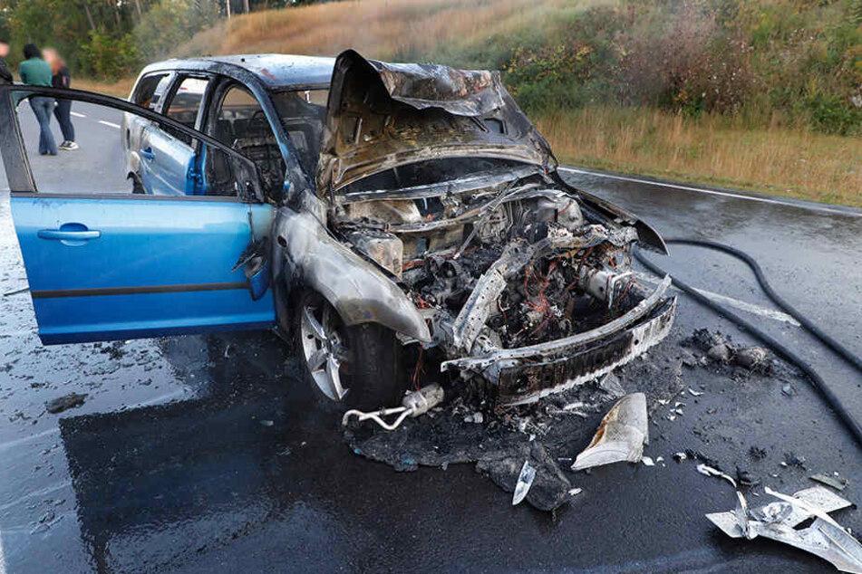 Nach einem Auffahrunfall fing der Ford Feuer.
