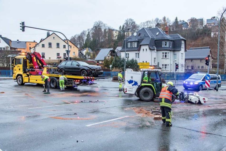 Die Kreuzung musste nach dem Unfall komplett gereinigt werden.