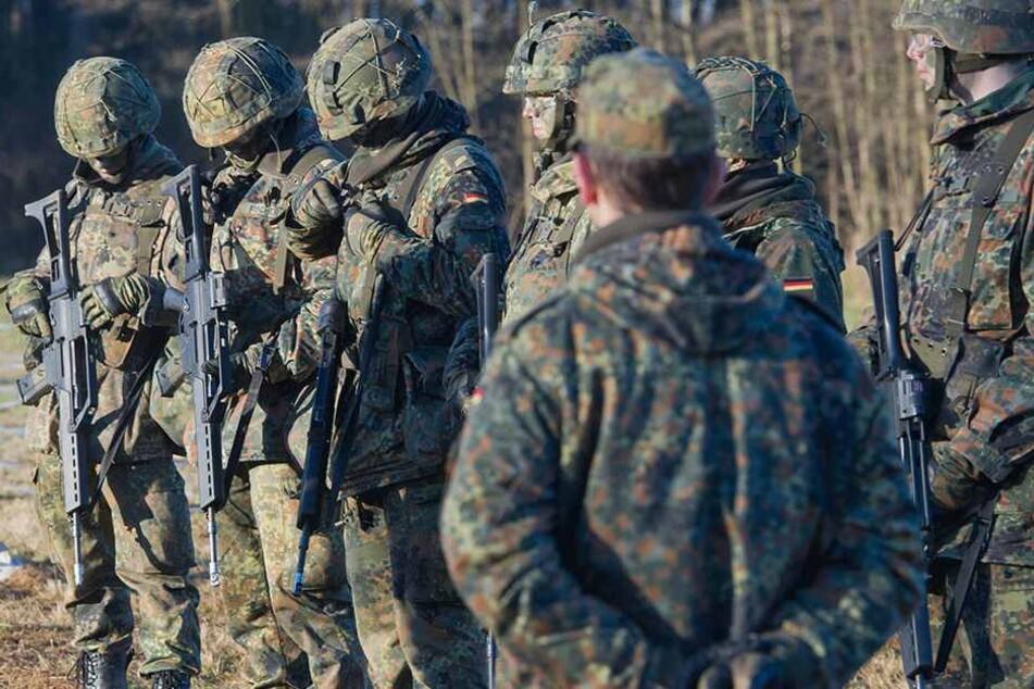 War es zu heiß? Mehrere Bundeswehrsoldaten brachen bei einem Fußmarsch zusammen. Einer verstarb 10 Tage später im Krankenhaus.