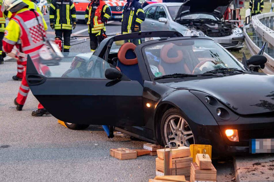 Das Foto zeigt vorne den verunglückten Roadster, im Hintergrund ist der Mercedes zu sehen.