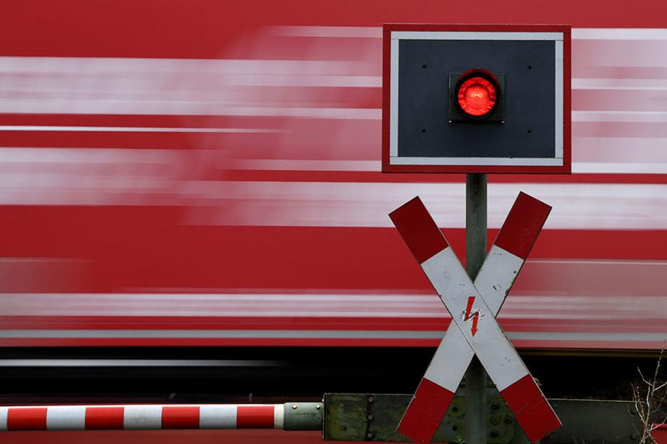 Am Dienstagabend überquerten zwei Männer, trotz abgesenkter Schranken die Gleise. (Symbolbild)