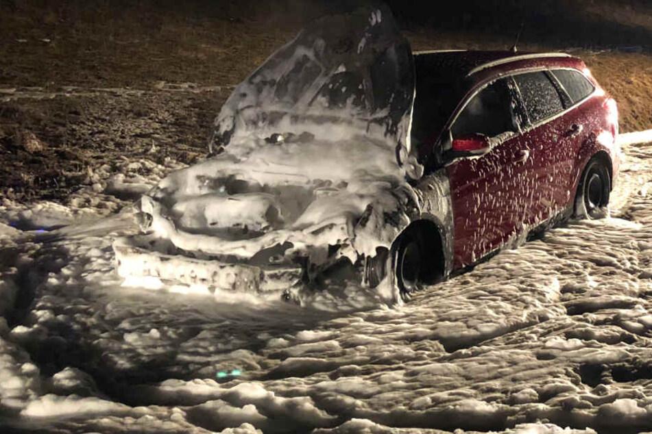 Die Feuerwehr konnte den Wagen schnell löschen.