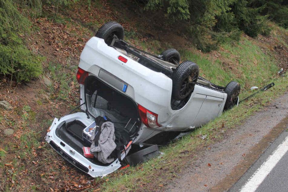 Der Suzuki blieb im Straßengraben auf dem Dach liegen.
