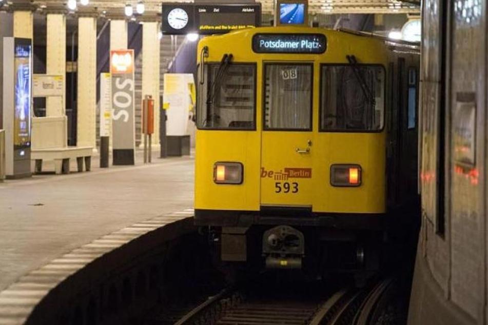 Eine U-Bahn hatte einem Mann in Berlin in der Nacht zum Samstag ein Bein abgerissen. (Symbolbild)
