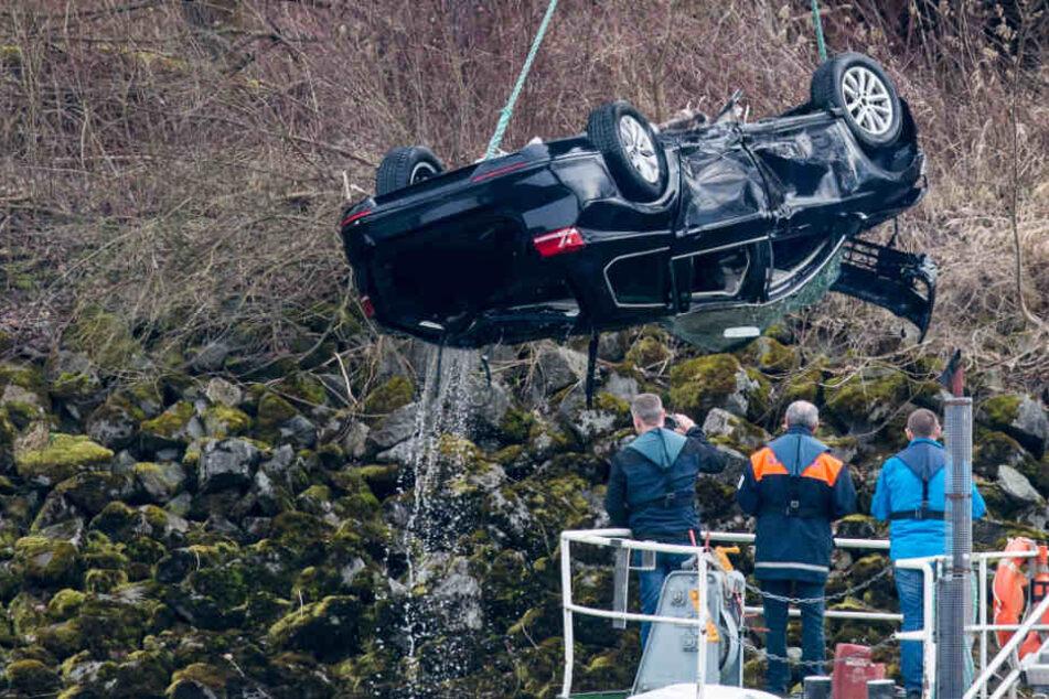 Der Fahrer konnte sich noch bevor das Auto vollständig versank, aus dem Wagen befreien (Symbolbild).