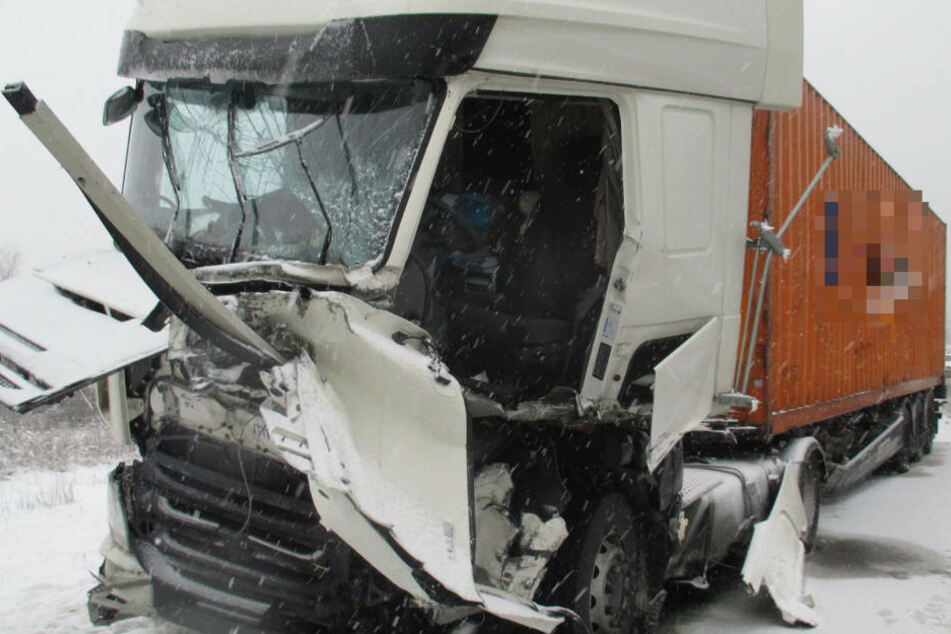 Der Lkw wurde durch den Unfall komplett zerstört.