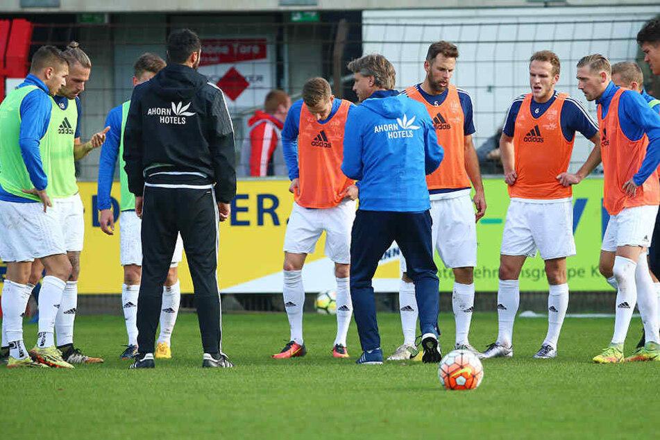 CFC-Trainer Horst Steffen (M.)  stellt sich nicht nur sprichwörtlich vor seine Mannschaft und bittet um  Geduld.