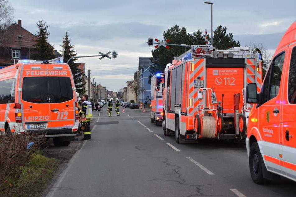Sowohl die Bahnstrecke als auch der Bahnübergang Kärrnerstraße sind voll gesperrt.