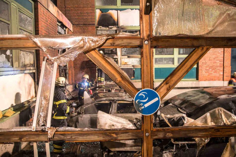 Die Feuerwehr ist mit den Löscharbeiten an den abgefackelten Autos und der Außenfassade auf dem Gelände der Hamburger Zolls beschäftigt.