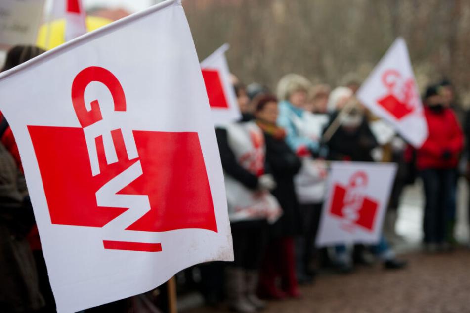 Mitglieder der Gewerkschaft Erziehung und Wissenschaft (GEW) während einer Kundgebung.