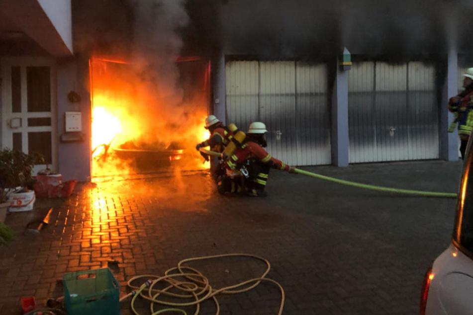 Die Feuerwehr im Kampf gegen die Flammen.