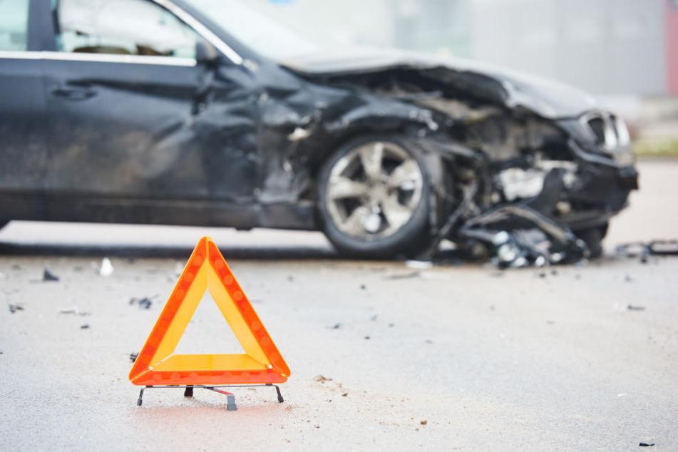 Nach dem Zusammenstoß der Fahrzeuge mussten beide Insassen notärztlich versorgt werden. Der Audi-Fahrer starb wenig später im Krankenhaus. (Symbolbild)