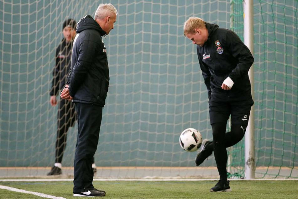 Auch Pavel Dotchev (l.) hofft, dass Sören Bertram durchstartet.