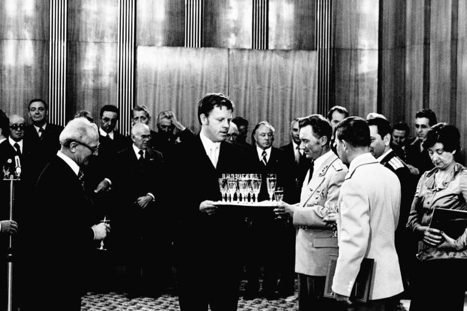 Lothar Herzog (Mitte) beim Empfang von Sigmund Jähn (rechts). Links zu sehen: Erich Honecker.