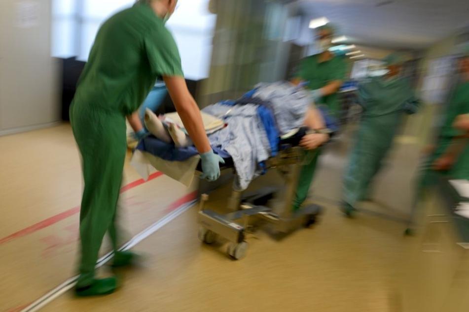 Nachdem er sich mit einer schweren Stichverletzung an der Schulter in eine Klinik schleppte und operiert wurde, hat ein 32-jähriger Syrer nun ausgesagt. (Symbolbild)