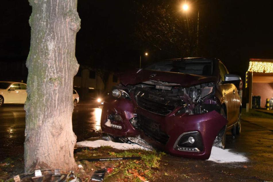 Ex-Partner bedroht Frau mit Messer, dann rammt sie mit Auto aus Verzweiflung einen Baum