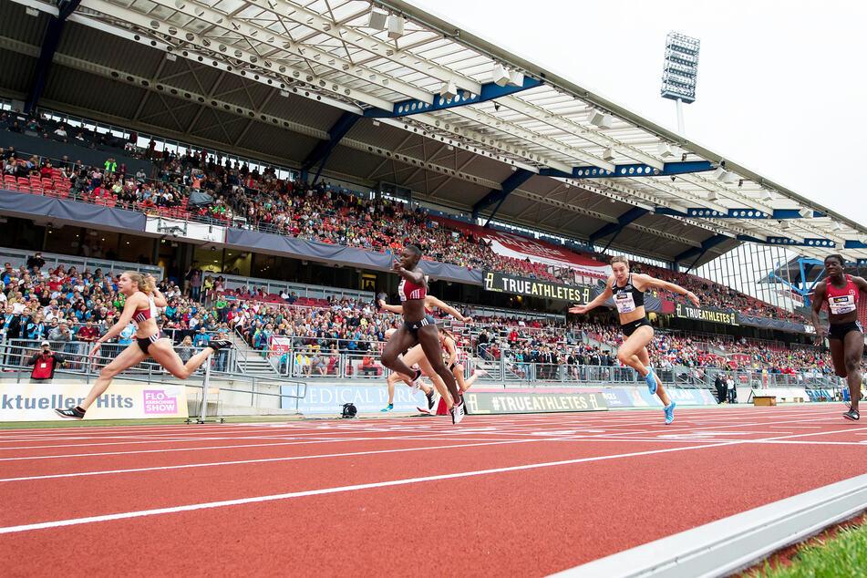Das Finale des 100m-Frauen-Laufes bei der deutschen Leichtathletik-Meisterschaft 2018. Gina Lückenkemper (l) lief vor ihren Konkurrentinnen ins Ziel.