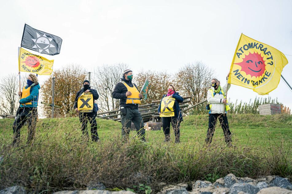 Aktivisten stehen mit Fahnen in der Nähe des Union-Piers in Nordenham.
