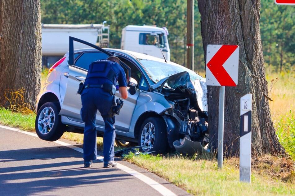 Der Fahrer kam mit seinem Ford von der Straße ab und prallte gegen einen Baum.