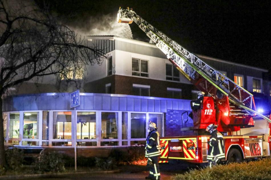 Feuer in Altenheim: Gebäude wird evakuiert, 79 Bewohner betroffen!