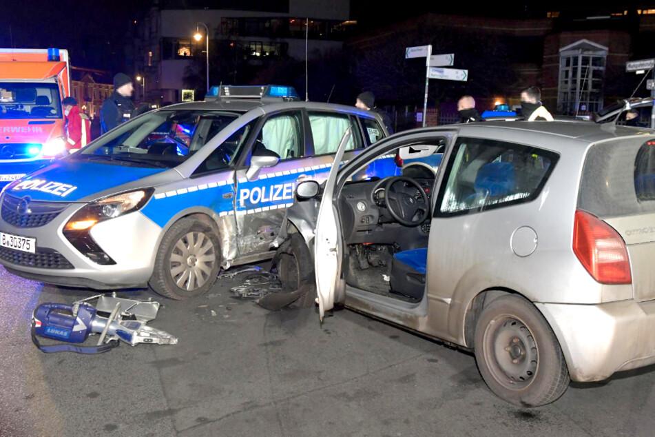 Ein Citroën ist am Samstagabend in ein Polizeiauto gekracht.