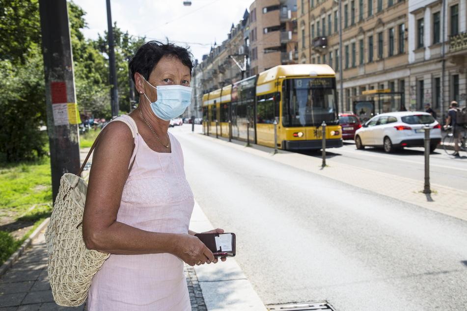 Barbara Kahnt (66) trägt Maske nach Vorschrift in der Bahn und überlegt, das auch in Geschäften freiwillig weiter zu tun.