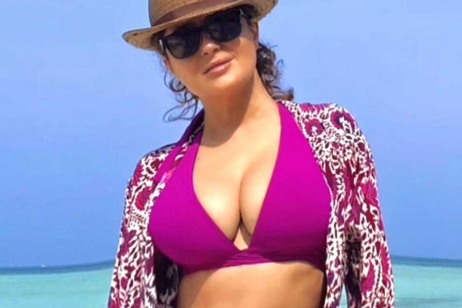 Salma Hayek celebrated the end of 2020 with a snapshot on a beautiful beach.