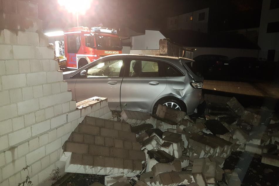 Außer Kontrolle: Autofahrer kracht rückwärts durch Mauer